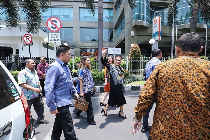 https: img.okeinfo.net content 2019 10 23 320 2120853 pensiun-dari-menteri-susi-pudjiastuti-tetap-jaga-laut-indonesia-IQgsDb1jlJ.jpg