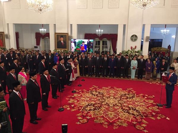 https: img.okeinfo.net content 2019 10 23 337 2120585 jokowi-resmi-lantik-kabinet-indonesia-maju-di-istana-negara-UdYGV8uXNk.jpg