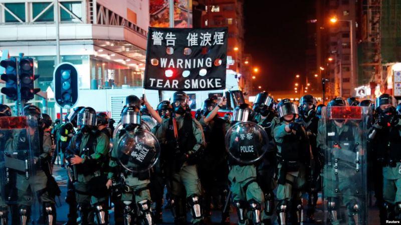 https: img.okeinfo.net content 2019 10 27 18 2122367 demonstran-hong-kong-bergerak-setelah-polisi-tembakkan-gas-air-mata-noto9S0P6p.jpg