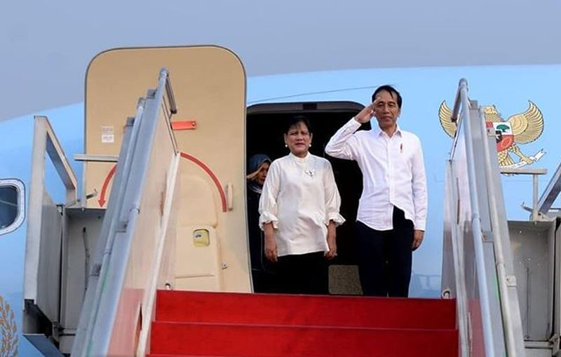 https: img.okeinfo.net content 2019 10 27 406 2122386 dapat-tas-noken-presiden-jokowi-nikmati-senja-di-papua-barat-Qls7lMcQEO.jpg