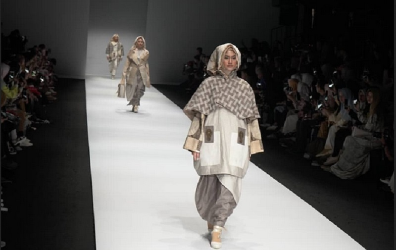 https: img.okeinfo.net content 2019 10 28 194 2122694 lukisan-lu-jianjun-disulap-desainer-lala-hanafi-jadi-modest-wear-cantik-g3F2AtXPwL.jpg