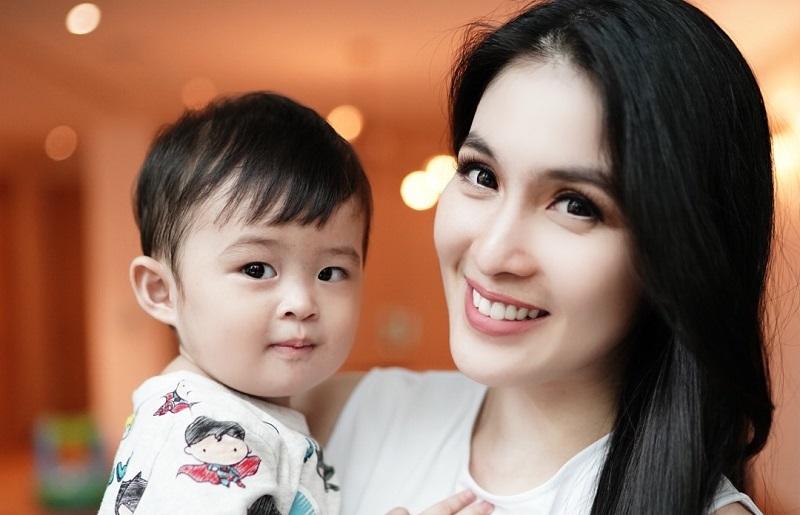 https: img.okeinfo.net content 2019 10 31 33 2124087 anak-disebut-kurang-kasih-sayang-sandra-dewi-sentil-balik-netizen-bt3nYeTDN0.jpg