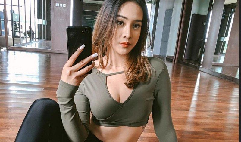 https: img.okeinfo.net content 2019 11 02 194 2124980 punya-body-goals-4-artis-ini-foto-selfie-dengan-perut-rata-qZ1BSrRhSu.jpg