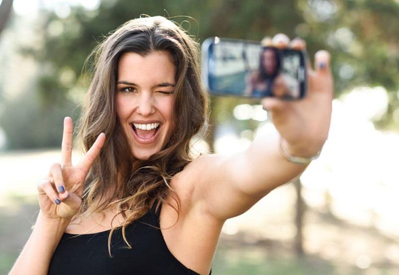 https: img.okeinfo.net content 2019 11 02 612 2124849 biar-enggak-malu-maluin-ini-5-tips-foto-selfie-agar-hasil-kece-maksimal-L0OAr3zbkm.jpg