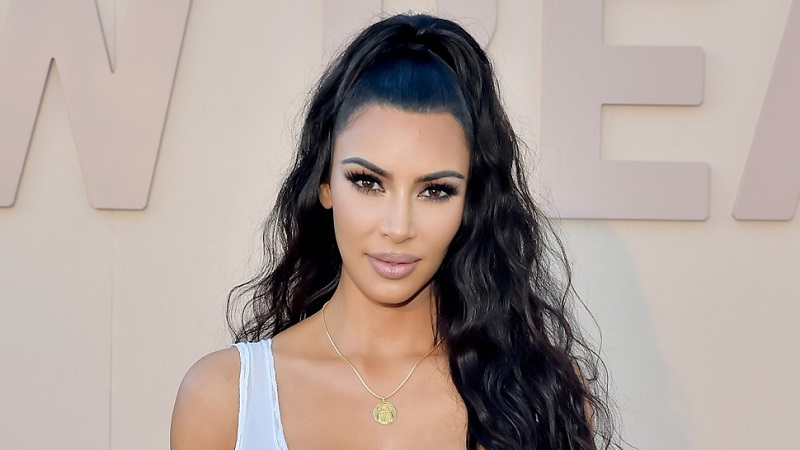 https: img.okeinfo.net content 2019 11 04 612 2125300 terlalu-sering-selfie-kim-kardashian-sampai-buat-buku-selfish-vSNKPTTkn2.jpg