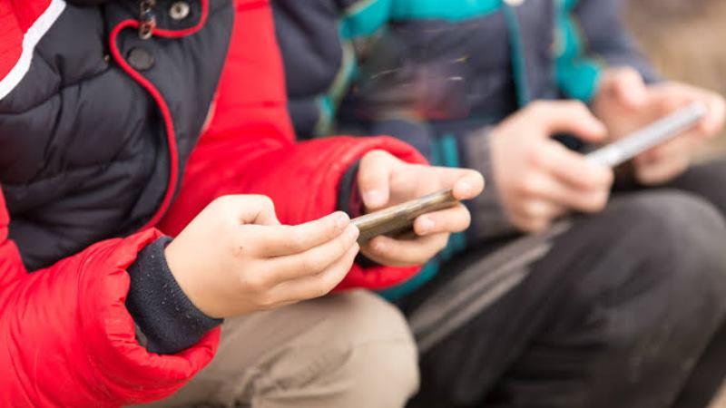 https: img.okeinfo.net content 2019 11 05 56 2125990 ini-bahayanya-bila-orangtua-jadikan-ponsel-sebagai-babysitter-untuk-anak-4HKbRMbIlE.jpg