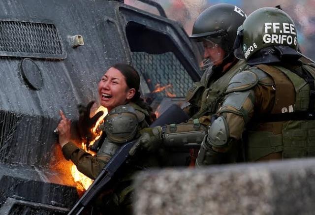 https: img.okeinfo.net content 2019 11 06 18 2126623 dua-polisi-wanita-chile-terbakar-terkena-bom-molotov-demonstran-Rl8agtepU0.jpg