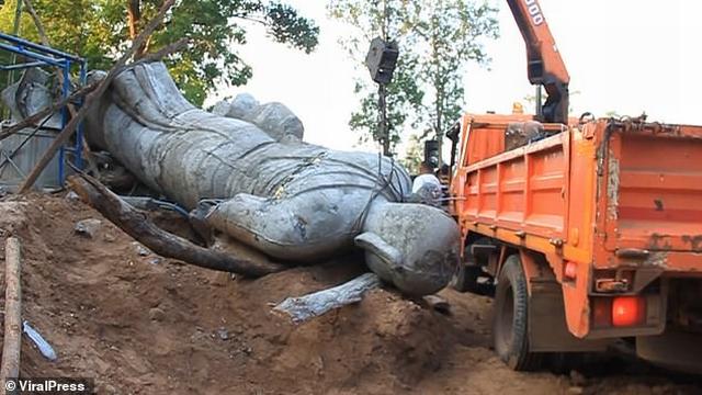 https: img.okeinfo.net content 2019 11 06 18 2126660 patung-keberuntungan-jatuh-kepala-desa-tewas-terjepit-di-thailand-ISN9aNX40I.jpg
