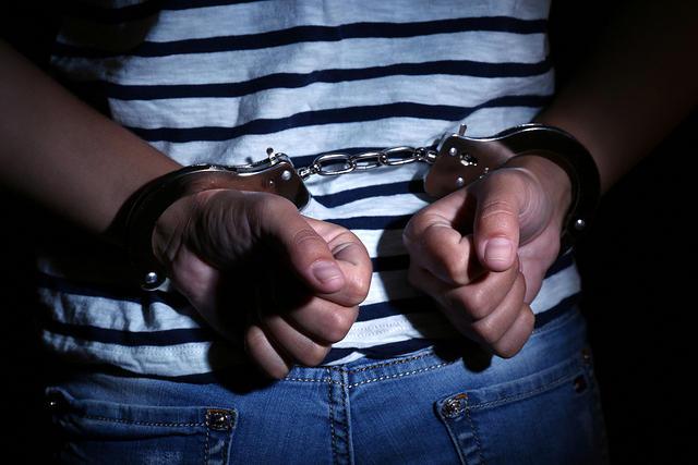 https: img.okeinfo.net content 2019 11 06 338 2126616 simpan-senjata-api-ilegal-2-pemuda-terancam-20-tahun-penjara-Q2IArnFiiq.jpg