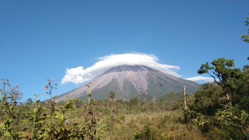 https: img.okeinfo.net content 2019 11 07 519 2126963 heboh-gunung-semeru-diselimuti-awan-mirip-topi-caping-begini-faktanya-BXpaJnAHmh.jpg
