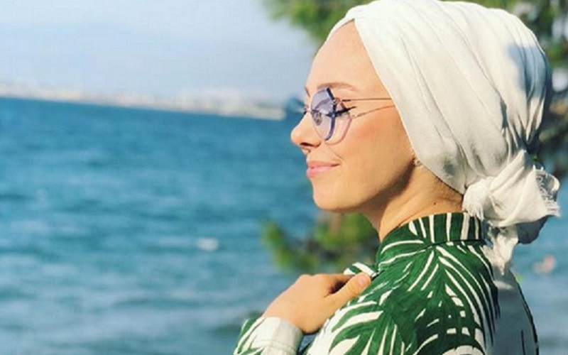 https: img.okeinfo.net content 2019 11 07 617 2126934 4-gaya-hijab-motif-daun-daunan-cocok-untuk-menikmati-suasana-tropis-01JJL0H0Nu.jpg