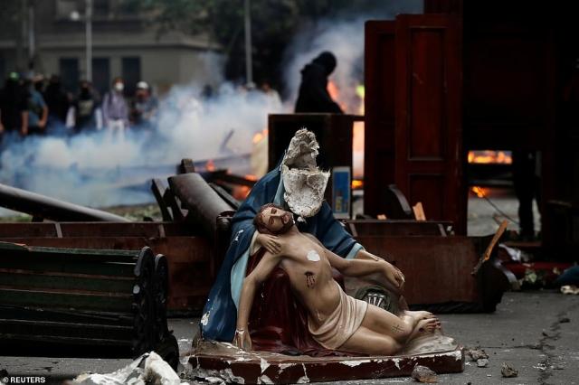 https: img.okeinfo.net content 2019 11 09 18 2127839 pedemo-menjarah-gereja-dan-bakar-patung-yesus-di-jalan-QcR7plAZjQ.jpg