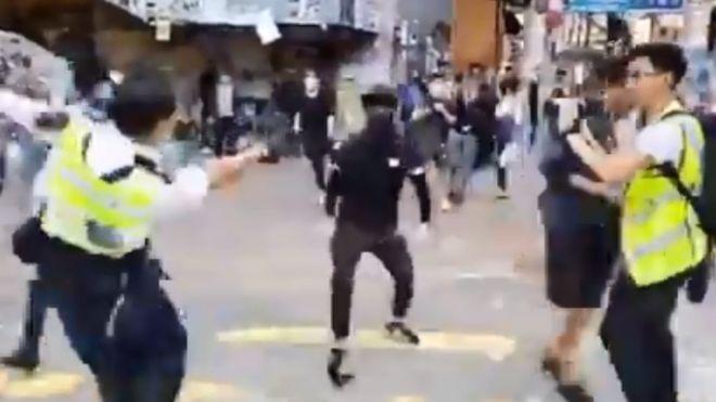 https: img.okeinfo.net content 2019 11 11 18 2128204 polisi-hong-kong-tembak-demonstran-dalam-protes-di-jam-sibuk-RPNh25YxLf.jpg
