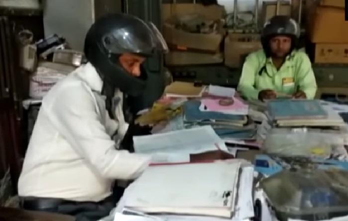 https: img.okeinfo.net content 2019 11 11 612 2128321 para-karyawan-ini-pakai-helm-saat-bekerja-alasannya-menyedihkan-BwmXgA0YsL.jpg