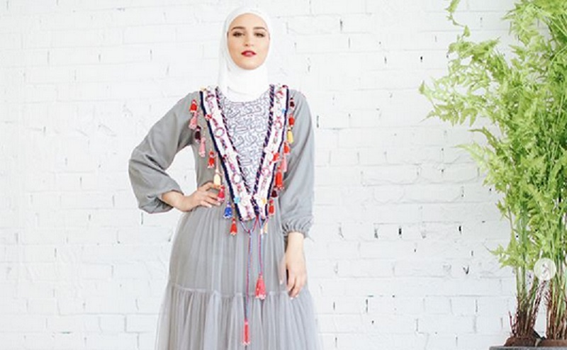 https: img.okeinfo.net content 2019 11 11 617 2128350 4-gaya-hijab-bernuansa-abu-abu-yang-bikin-kamu-makin-menawan-ZRkIUQwWKo.jpg