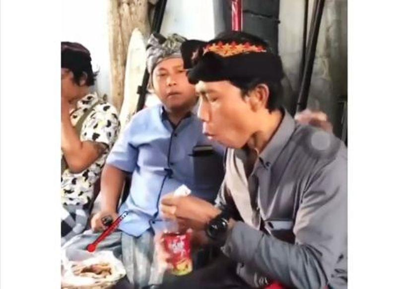 https: img.okeinfo.net content 2019 11 12 337 2129053 viral-ekspresi-kocak-bapak-bapak-saat-makan-hidangan-panas-X1W0wCHoYN.JPG