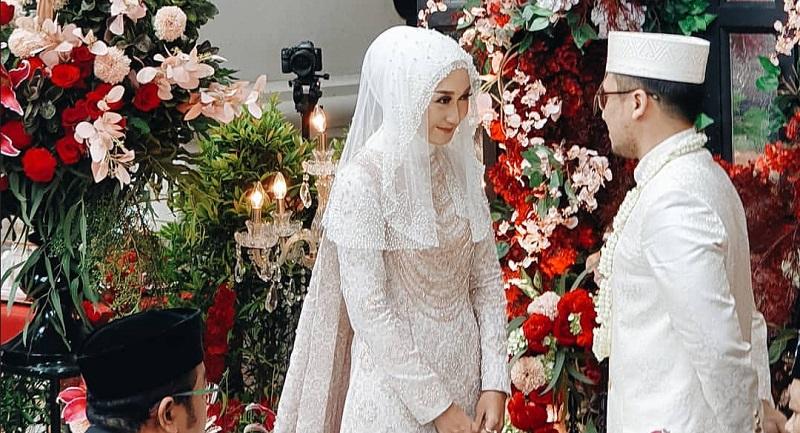 https: img.okeinfo.net content 2019 11 17 194 2131058 menikah-lagi-dian-pelangi-tampil-anggun-dengan-gaun-pengantin-putih-u0lGgZ1uvs.jpg