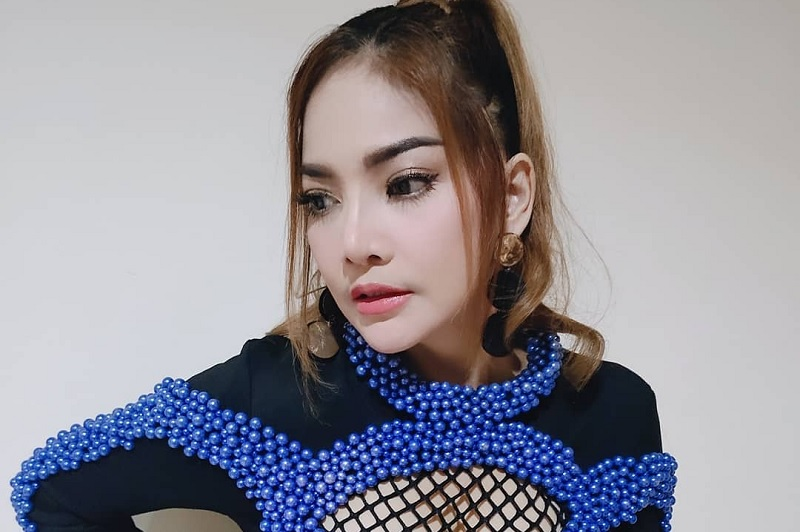 https: img.okeinfo.net content 2019 11 18 33 2131483 irma-darmawangsa-ikut-trend-bibir-tebal-ala-barbie-kumalasari-jZ6GjIMMtj.jpg