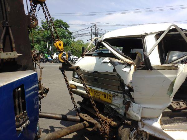 https: img.okeinfo.net content 2019 11 18 338 2131162 mobil-tabrak-angkot-dan-motor-di-tangsel-2-korban-luka-parah-v1GARjWdRA.jpg