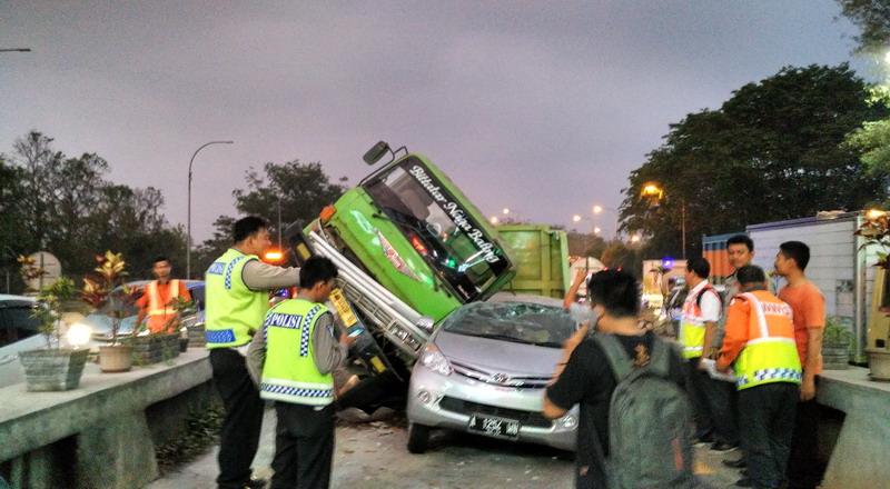 https: img.okeinfo.net content 2019 11 19 52 2131913 pengemudi-mobil-penyebab-tertinggi-kecelakaan-di-jalan-tol-nVX3JvIWFs.jpg