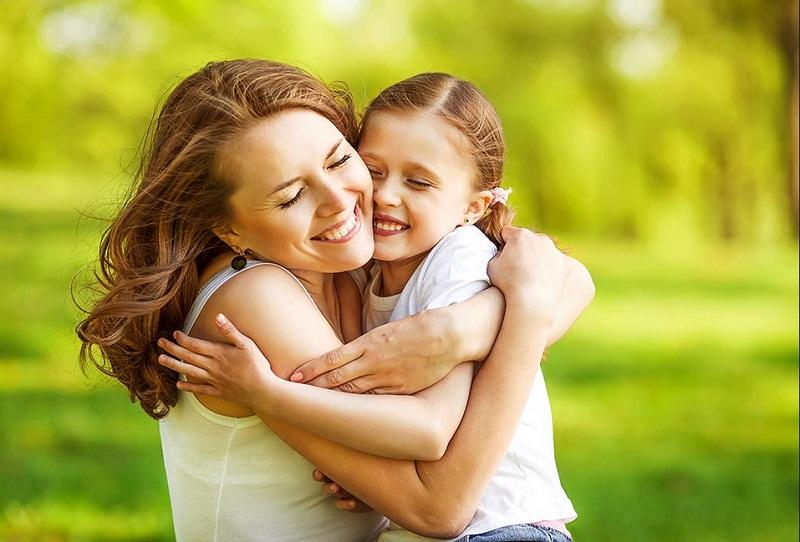 https: img.okeinfo.net content 2019 11 20 196 2132290 hari-anak-sedunia-ini-manfaat-orangtua-sering-memeluk-si-kecil-MCrYwQJDTl.jpg