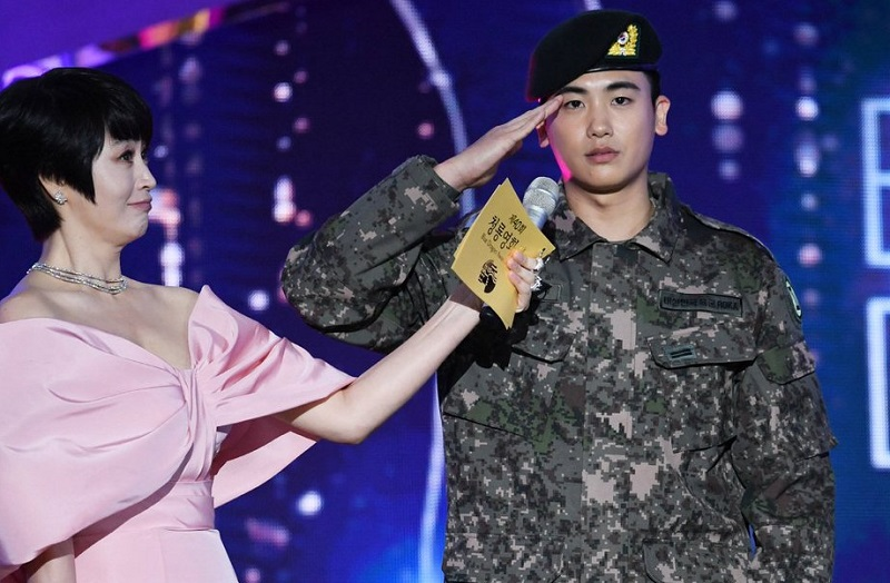https: img.okeinfo.net content 2019 11 22 33 2133362 kim-woo-bin-dan-park-hyung-sik-jadi-kejutan-manis-di-blue-dragon-awards-2019-Vd50pJVMDL.jpg