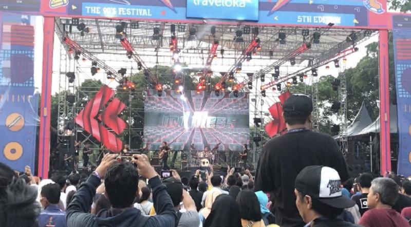 https: img.okeinfo.net content 2019 11 23 205 2133641 persembahan-god-bless-untuk-areng-widodo-di-the-90-s-festival-t7i2UK9B2S.jpeg