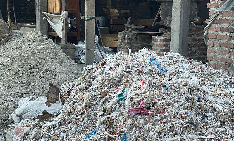 https: img.okeinfo.net content 2019 11 25 337 2134045 pemerintah-kirim-balik-883-kontainer-sampah-plastik-ke-negara-asal-SG8wtg3cwk.jpg