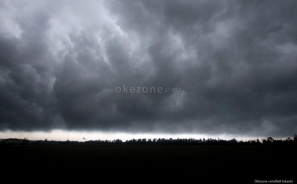 https: img.okeinfo.net content 2019 11 25 510 2133918 hujan-es-dan-angin-kencang-terjang-klaten-belasan-rumah-rusak-FaNGugQNyr.jpg