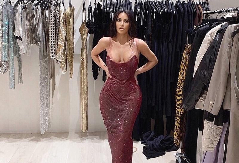 https: img.okeinfo.net content 2019 11 26 194 2134763 kim-kardashian-sedih-dan-nangis-saat-dress-versace-yang-dicoba-tidak-muat-R71ioqPFbt.jpg