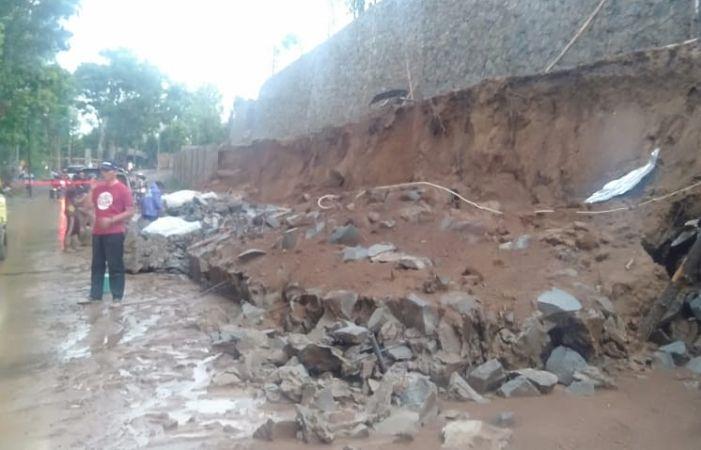 https: img.okeinfo.net content 2019 11 26 525 2134400 diguyur-hujan-jalur-provinsi-penghubung-purwakarta-subang-longsor-VI9e51vGOx.jpg