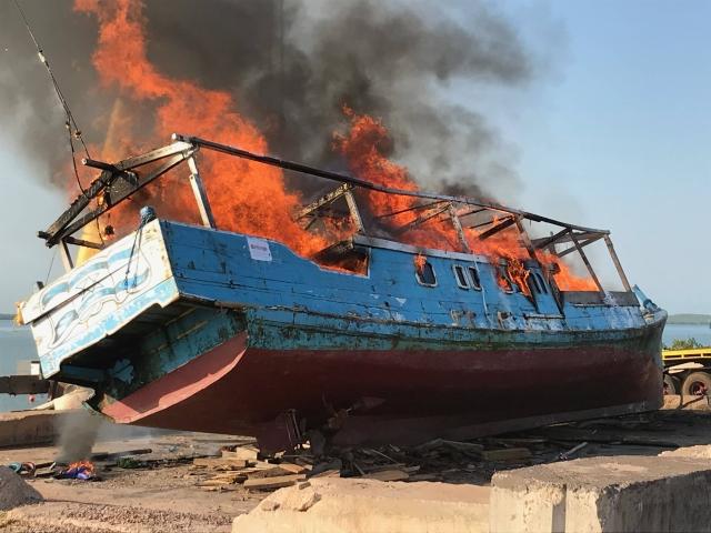 https: img.okeinfo.net content 2019 11 27 18 2135003 australia-bakar-kapal-nelayan-indonesia-yang-membawa-sirip-hiu-ilegal-Rty1lge1NJ.jpg
