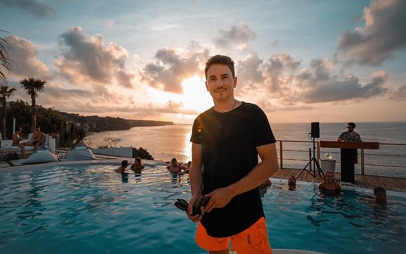 https: img.okeinfo.net content 2019 11 27 406 2135064 4-potret-liburan-jorge-lorenzo-di-bali-berenang-asyik-sampai-pamer-tubuh-atletis-C0rfsniKhV.jpg