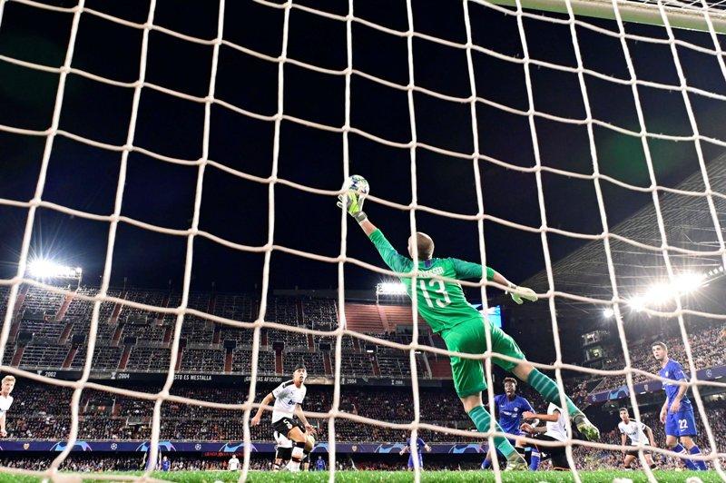 https: img.okeinfo.net content 2019 11 28 261 2135312 gol-indah-daniel-wass-gagalkan-kemenangan-chelsea-atas-valencia-Ds5iDUYokR.jpg