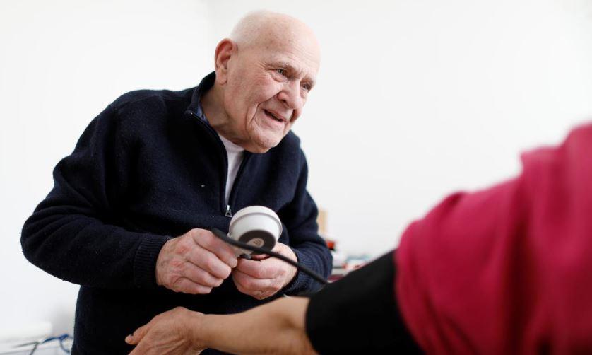 https: img.okeinfo.net content 2019 11 28 481 2135307 umur-98-tahun-dokter-ini-masih-bugar-dan-melayani-pasien-HrceFi6zHP.JPG