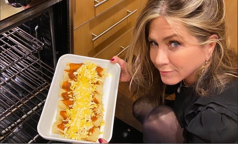 https: img.okeinfo.net content 2019 11 29 298 2136015 jennifer-aniston-masak-enchiladas-untuk-jimmy-kimmel-ini-resepnya-HPk0YyH8sz.jpg