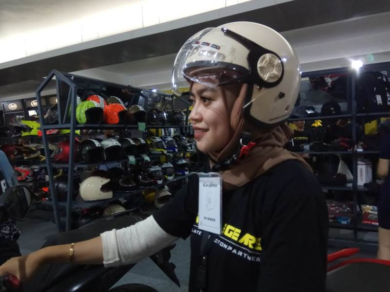 https: img.okeinfo.net content 2019 11 29 53 2136101 helm-khusus-bikers-berhijab-hadir-di-iims-motobike-expo-2019-gqgj5Zg4dT.jpg