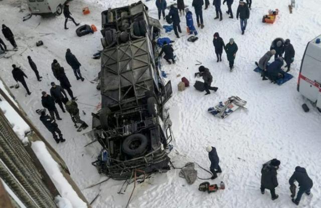 https: img.okeinfo.net content 2019 12 02 18 2136963 bus-jatuh-ke-sungai-yang-membeku-di-siberia-19-orang-tewas-ocuw7n2HrP.jpg