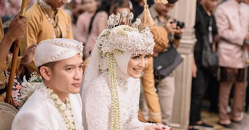 https: img.okeinfo.net content 2019 12 03 33 2137309 saweran-jadi-momen-seru-pernikahan-citra-kirana-dan-rezky-aditya-pndO9Wr18T.jpg