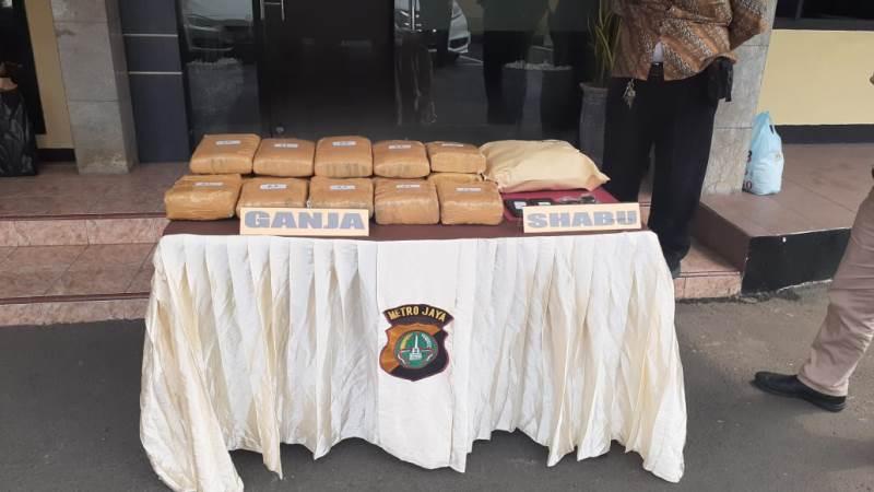https: img.okeinfo.net content 2019 12 07 338 2139079 bandar-dan-pengedar-narkoba-di-depok-ditangkap-18-kg-ganja-disita-aFraoB04Wx.jpg