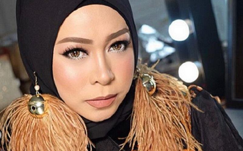 https: img.okeinfo.net content 2019 12 07 617 2139104 4-pesona-gaya-hijab-melly-goeslaw-yang-unik-dan-lucu-BuuAVMCzxv.jpg