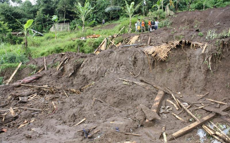 https: img.okeinfo.net content 2019 12 08 340 2139302 9-penambang-emas-di-pandeglang-terjebak-dalam-gua-akibat-banjir-bandang-YJXasbFqUF.jpg