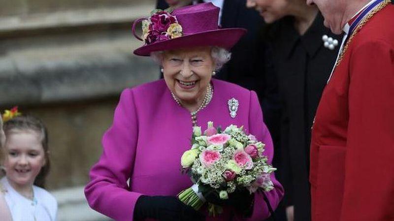 https: img.okeinfo.net content 2019 12 10 194 2140072 proses-rumit-memilih-baju-perayaan-natal-ratu-elizabeth-haram-hukumnya-kalau-kembaran-N5qtb09DnC.jpg