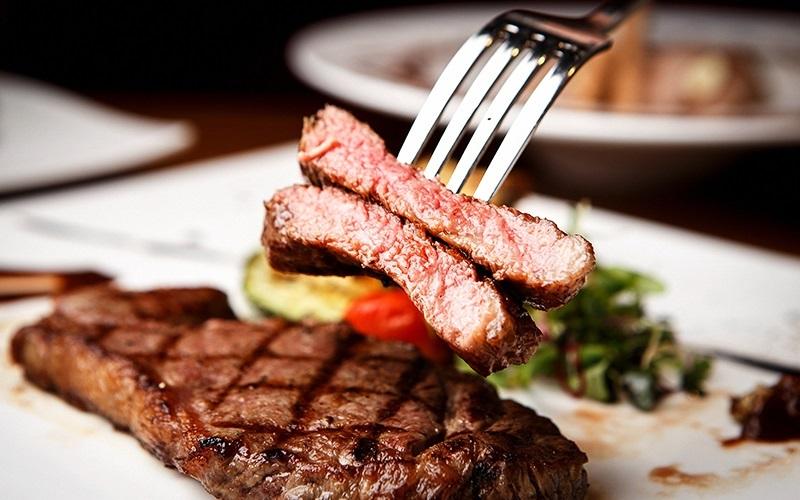 https: img.okeinfo.net content 2019 12 12 298 2141264 kelihatannya-mudah-ini-kesalahan-saat-masak-dan-makan-steak-OUK09ZBQRy.jpg