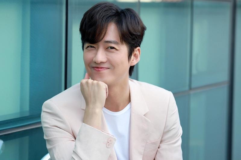 https: img.okeinfo.net content 2019 12 12 33 2141143 setia-nam-goong-min-pilih-perpanjang-kontrak-dengan-agensi-q4fkfUFjYG.jpg