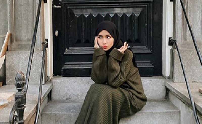 https: img.okeinfo.net content 2019 12 13 617 2141421 4-gaya-hijab-yang-cocok-dikenakan-saat-musim-hujan-YJsgzPtSw9.jpg