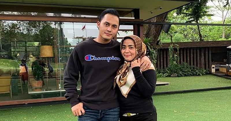 https: img.okeinfo.net content 2019 12 17 33 2142960 muzdalifah-dan-suami-foto-bareng-nia-ramadhani-netizen-gemas-ukRQwz6ZyF.jpg