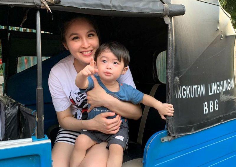 https: img.okeinfo.net content 2019 12 21 33 2144659 sultan-banget-sandra-dewi-rayakan-ulang-tahun-anak-di-hong-kong-YaJWDWn8hA.jpg