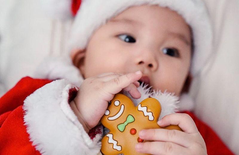 https: img.okeinfo.net content 2019 12 24 196 2145529 baby-chef-arnold-pakai-kostum-santa-claus-gemas-minta-ampun-NepJrUD8JT.jpg