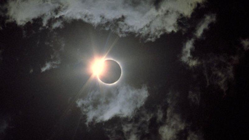 https: img.okeinfo.net content 2019 12 27 56 2146610 intip-foto-foto-gerhana-matahari-cincin-tangkapan-netizen-O91BCnkTI4.jpg